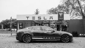 新的特斯拉模型S陈列室 免版税图库摄影