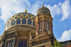 新的犹太教堂的金黄屋顶在柏林作为犹太教的标志 免版税库存照片