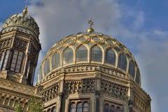 新的犹太教堂的金黄屋顶在柏林作为犹太教的标志 免版税库存图片