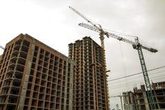 新的现代住宅房屋建设的地面看法建设中 不动产开发概念 多故事家从 库存图片