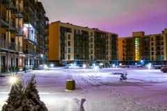 新的现代公寓住宅区在维尔纽斯,立陶宛,与室外设施的现代不高欧洲公寓复合体 W 免版税库存图片
