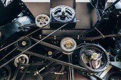 新的现代农业联合收割机机制  有传动带的滑轮 工业机械背景 库存图片