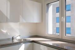 新的现代厨房角落细节  库存图片