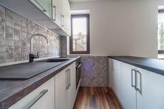 新的现代和空的白色厨房 家庭新 内部摄影 木的楼层 图库摄影