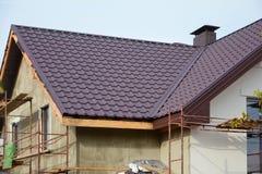 新的现代房屋建设家 建筑显示的照片屋顶 金属烟囱 被绝缘的和涂灰泥的门面 金属议院屋顶 免版税图库摄影