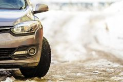 新的现代灰色汽车在一条街道上停放了在冬天 免版税库存照片