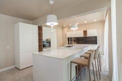 新的现代白色厨房 家庭新 内部摄影 免版税库存照片