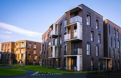 新的现代公寓住宅区在维尔纽斯,立陶宛,与室外设施的现代不高欧洲大厦区 免版税库存照片
