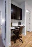 新的现代公寓的家庭办公室角落 库存照片