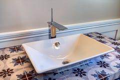 新的现代家庭客人卫生间水槽 免版税图库摄影