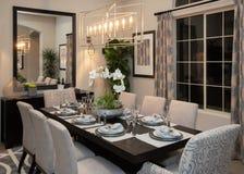 新的现代家庭美好的正式餐厅 免版税库存图片