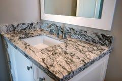新的现代家庭豪宅客人卫生间 库存图片
