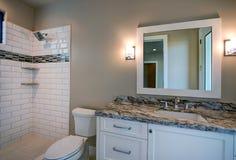 新的现代家庭豪宅客人卫生间 库存照片