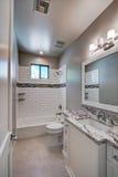 新的现代家庭豪宅客人卫生间 图库摄影