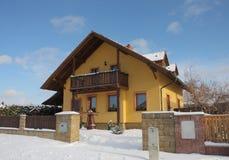 新的现代房子在村庄在冬天 免版税库存照片