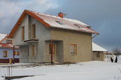 新的现代房子在村庄在冬天 免版税图库摄影