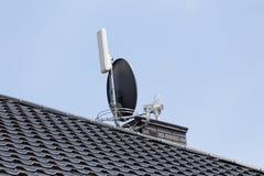 新的现代房子的屋顶有电视天线的 免版税图库摄影