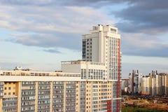 新的现代深蓝天空背景的块多层的房子在四种颜色:红色,橙色,灰色和白色 新大厦的房子 mort 免版税库存图片