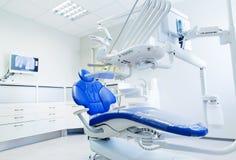 新的现代牙齿诊所办公室内部  免版税库存图片