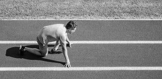 新的生活方式习性起点  准备好的赛跑者去 运动员赛跑者准备在体育场赛跑 如何开始跑 库存照片