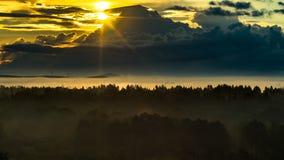 新的生活概念:华美黑暗的山脉和有雾的谷一个有为的场面在通过放光的太阳的第一光芒 库存照片