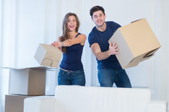 新的生活在一个新的家 在爱的夫妇享用一栋新的公寓 图库摄影