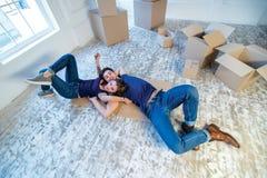 新的生活 在移动的爱的夫妇和在他的手保留一个箱子和 库存图片