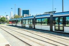 新的电车叫在圣杜蒙特机场,里约热内卢前面的` VLT ` 免版税库存照片