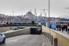 新的电车在Eminonu Suleymaniye清真寺伊斯坦布尔 库存照片