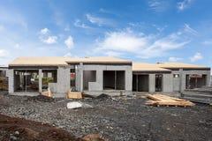 新的白色水泥房子大厦的建筑有残缺不全的木屋顶的 免版税库存图片
