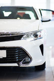 新的白色汽车在陈列室里 图库摄影