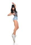 新的相当现代微小的节律唱诵的音乐样式十几岁的女孩舞蹈家跳舞 免版税库存照片