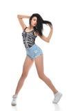 新的相当现代微小的节律唱诵的音乐样式十几岁的女孩舞蹈家跳舞 库存图片