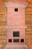 新的砖烤箱在木材房子里建设中 免版税库存图片