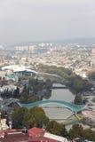 从新的第比利斯,房子正义,和平桥梁的Narikala小山的看法  免版税库存照片
