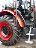 新的红色强有力的拖拉机准备好工作 免版税图库摄影