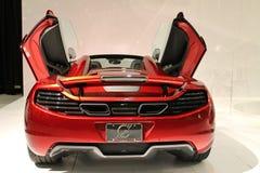 新的红色英国超级汽车后面 免版税图库摄影