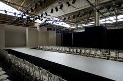 新的约克10月16日:在NY新娘时尚星期期间,克莱尔Pettibone新娘展示的空的跑道秋天的2013 免版税图库摄影