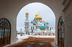 新的耶路撒冷修道院Istra,俄罗斯视图通过对修道院的中央曲拱入口在冬天 免版税库存照片