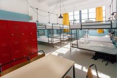 新的背包徒步旅行者旅舍的内部与现代床的 图库摄影
