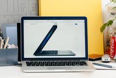 新的膝上型计算机MacBook赞成视网膜接触酒吧侧视图  库存照片