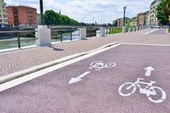 新的自行车道路 欧洲城市的改善 acces 库存图片