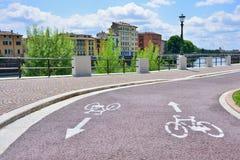 新的自行车道路 欧洲城市的改善 acces 库存照片
