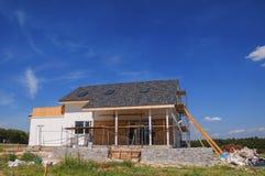 新的舒适房屋建设建筑外部 有屋顶窗的,天窗,透气,天沟舒适房子 免版税库存照片