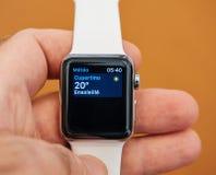 新的苹果计算机手表系列3库比蒂诺天气 库存图片