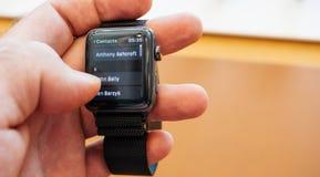 新的苹果计算机手表系列3拨号盘数字电话号码与app联系 库存照片