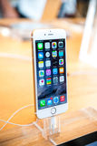 新的苹果计算机正iPhone 6和iPhone 6 库存照片
