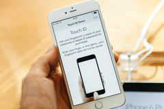新的苹果计算机iPhone 6和iPhone 6正接触id 库存图片