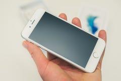 新的苹果计算机iPhone 6S智能手机在手中 免版税图库摄影