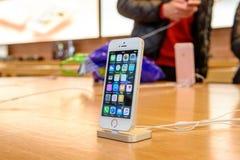 新的苹果计算机iPhone SE智能手机发射 库存图片